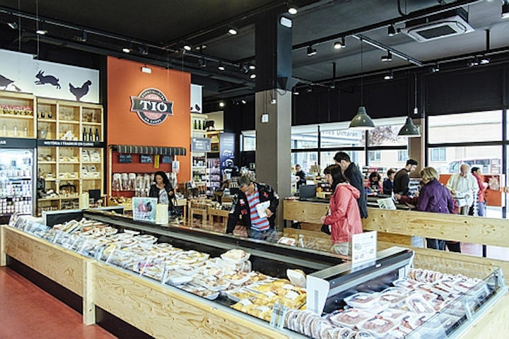 ERCO LED lighting helps provide appetizing presentation of regional specialties at Casa Tió retail shop