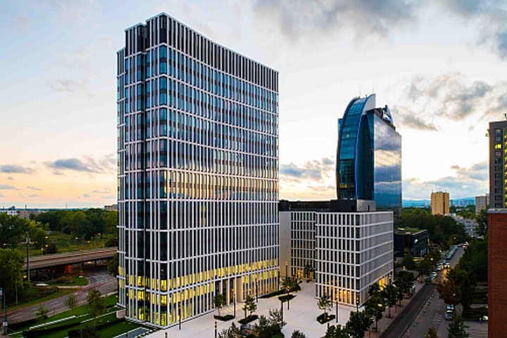 Space available in modern Frankfurt office tower. Lights not included but LaaS an option.