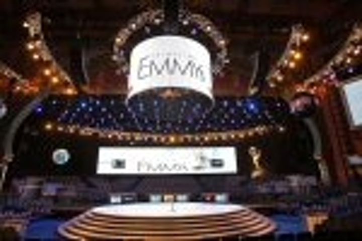 Content Dam Leds En Articles 2007 10 Circular Led Screen Is Centerpiece For Emmy Awards Leftcolumn Article Thumbnailimage File