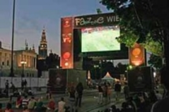 Content Dam Leds En Ugc 2008 07 Lighthouse Pleases Football Fans With Big Screens Leftcolumn Article Thumbnailimage File