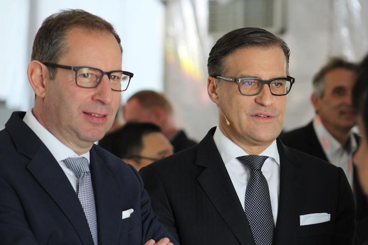 """欧司朗首席执行官Olaf Berlien(r)和首席技术官斯特凡·坎普曼(Stefan Kampmann)在7月份暗示了与大陆集团合资的破裂,当时欧司朗为合资企业承担了4,800万欧元的减值准备,而贝林称其持续""""摊薄"""",并在""""正在进行的审查。"""" 坎普曼说,两家公司正在考虑""""三种不同情况""""。 (照片提供:2017年11月,来自马来西亚居林的照片,由Mark Halper提供)"""